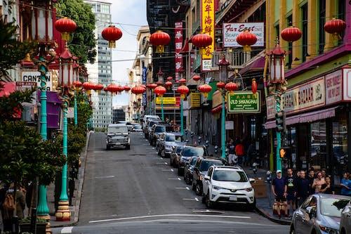 Kostenloses Stock Foto zu architektur, autos, beschilderung, chinatown