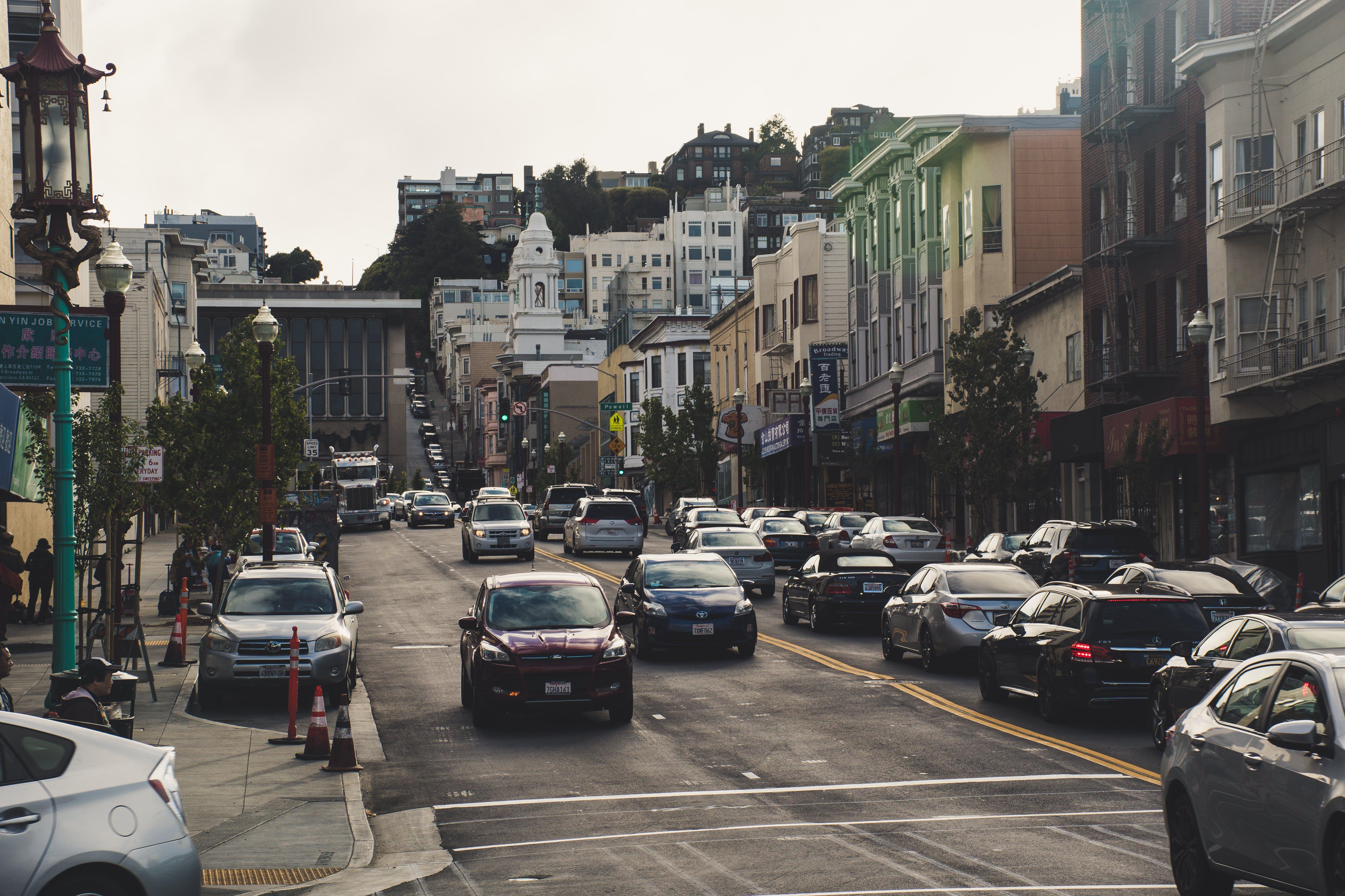 Foto profissional grátis de arquitetura, automóveis, calçamento, centro da cidade
