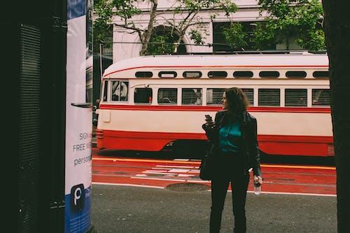 アスファルト, シティ, 交通機関, 女性の無料の写真素材