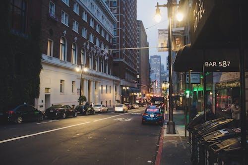Ilmainen kuvapankkikuva tunnisteilla arkkitehtuuri, asfaltti, autot, ihmiset