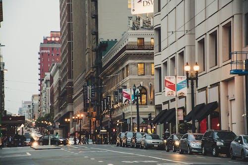 Бесплатное стоковое фото с автомобили, архитектура, город, городской