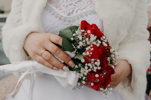 Fotobanka sbezplatnými fotkami na tému biele šaty, dievča, krúžok, kvet ovocného stromu