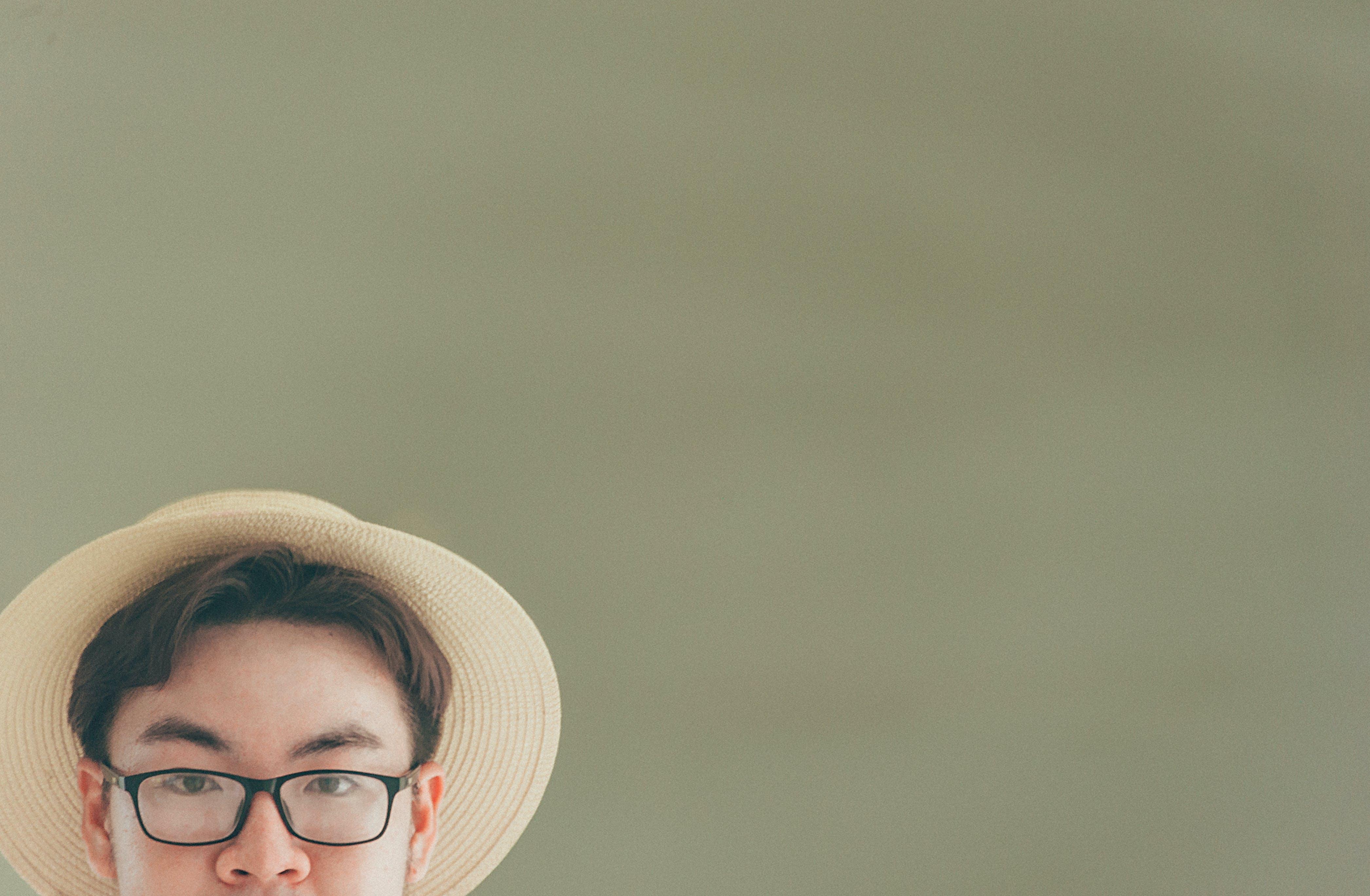 asiatischer mann, brillen, hut