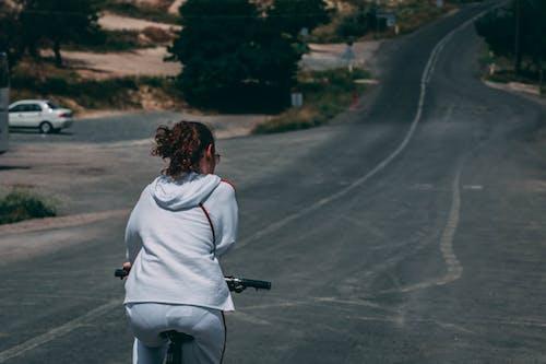 Kostenloses Stock Foto zu mädchen, radfahren, radfahrer, straße