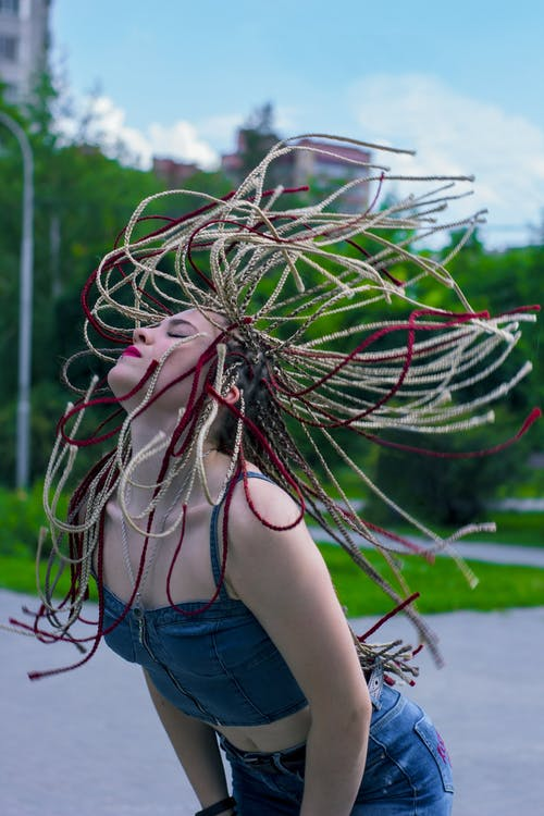 Foto d'estoc gratuïta de bonic, cabells a l'estil rastafari, carrer, foto