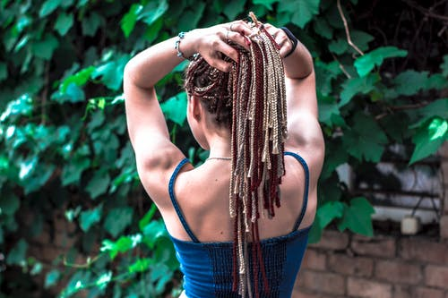 Foto d'estoc gratuïta de adult, bonic, cabells a l'estil rastafari, cabells trenats
