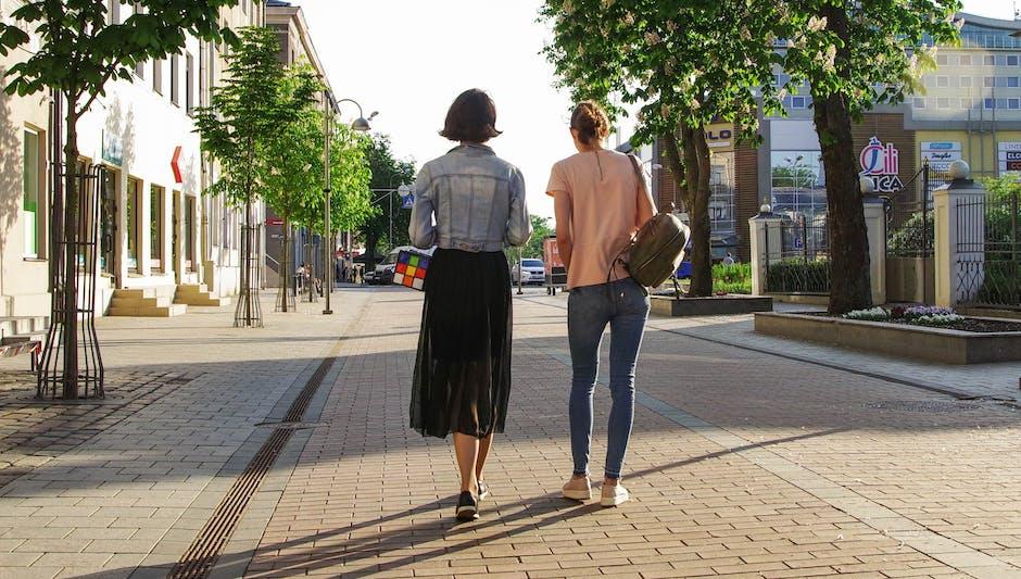 Foto Wanita Berjalan di Jalan