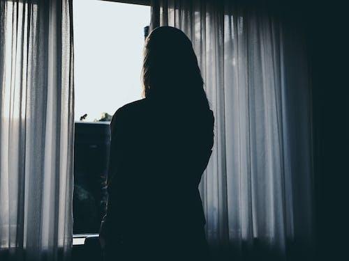 Foto d'estoc gratuïta de cortines, dona, nena, persona