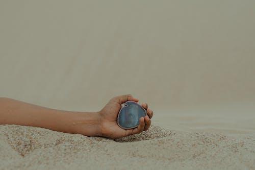 Foto d'estoc gratuïta de fotografia de natura, mà, persona, platja de sorra