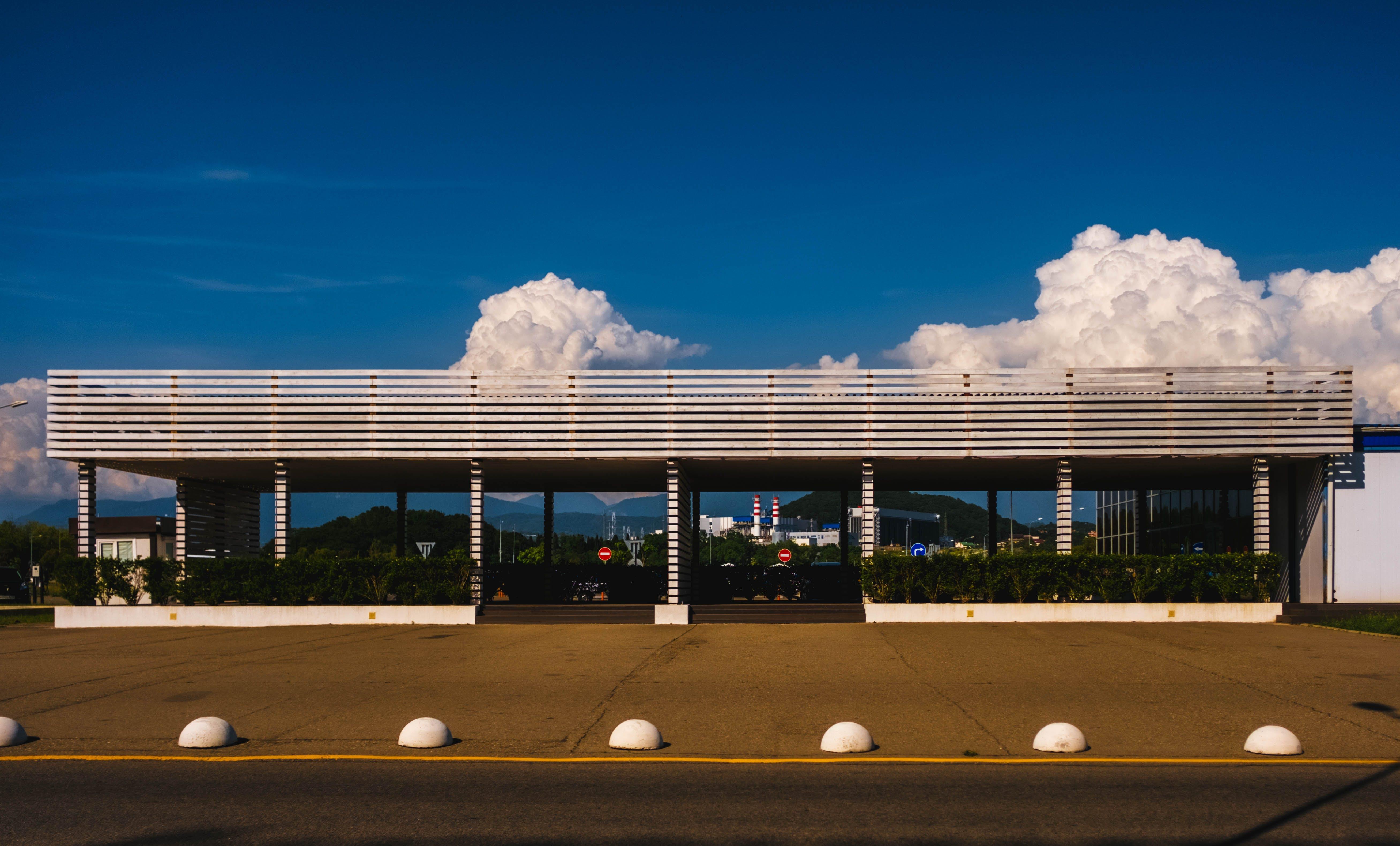 Kostenloses Stock Foto zu blauer himmel, bürgersteig, gebäude, landschaft