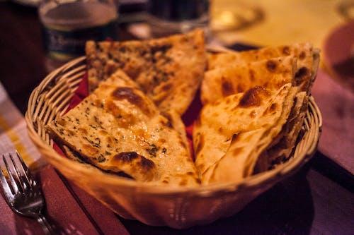 Kostnadsfri bild av bakverk, bordsskiva i trä, bröd, förgrening