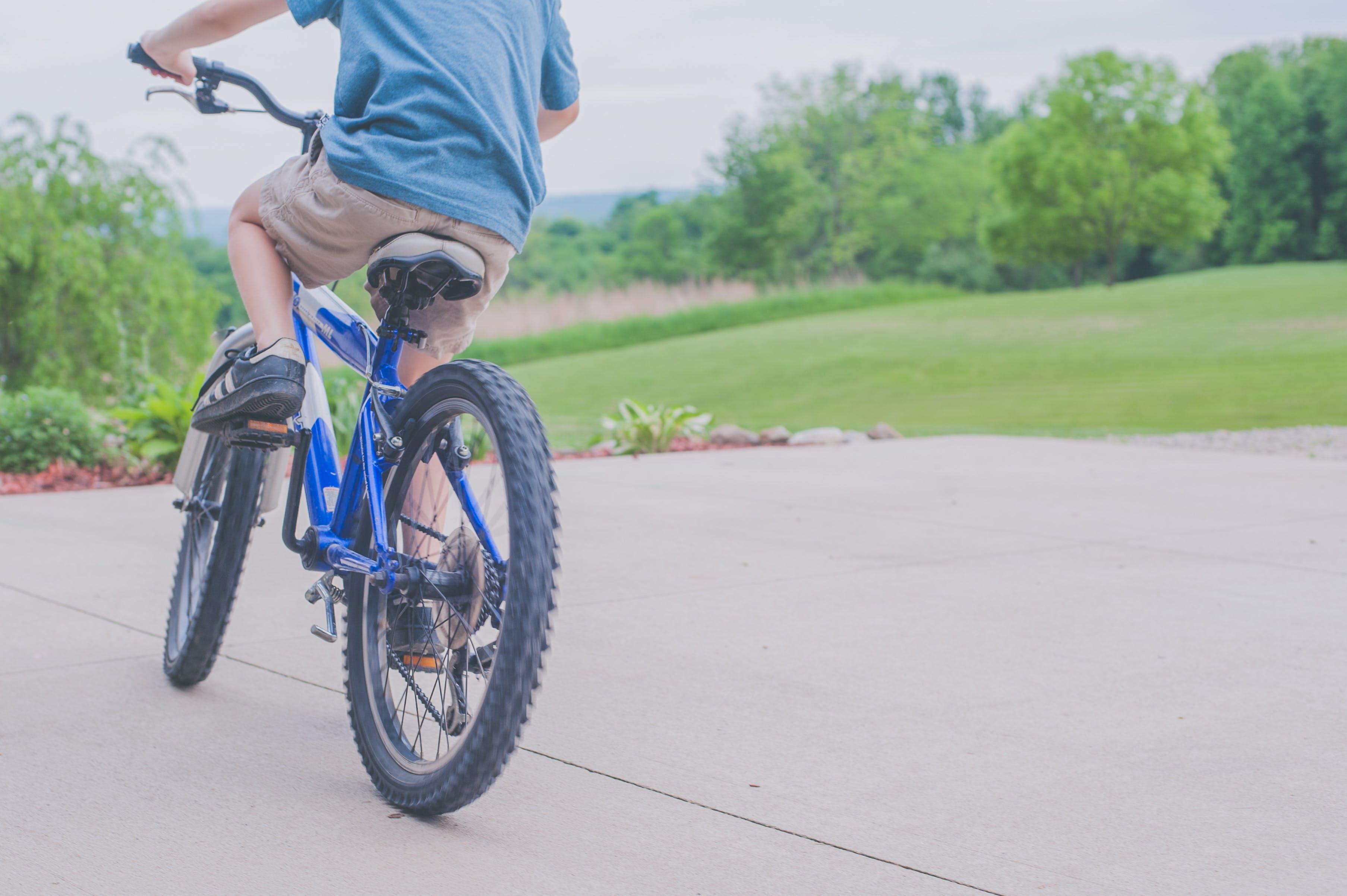 Kostenloses Stock Foto zu erholung, fahrradfahren, junge, radfahren