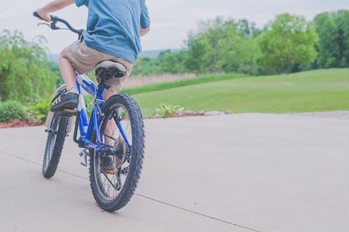 Foto d'estoc gratuïta de anant amb bici, diversió, esbarjo, noi