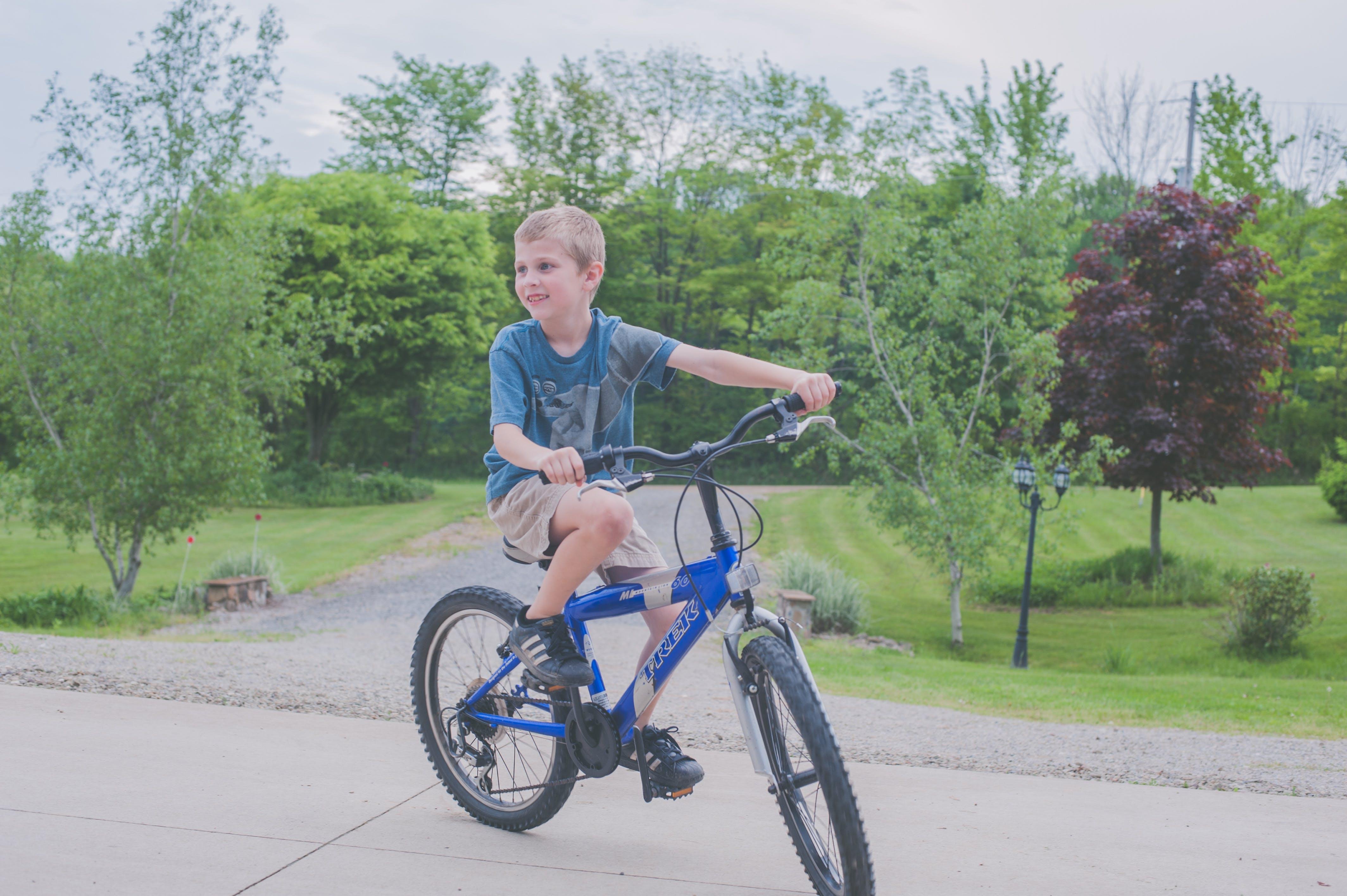 Kostenloses Stock Foto zu spaß, draußen, glück, radfahren