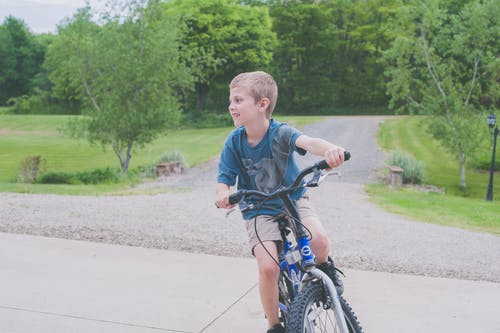 Darmowe zdjęcie z galerii z chłopak, jazda rowerem, kolarstwo, szczęście