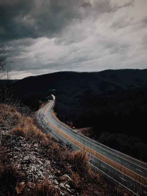 asfalt, karayolu, kılavuzluk, manzara içeren Ücretsiz stok fotoğraf
