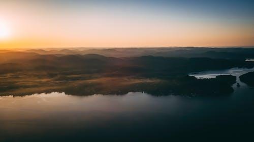 Darmowe zdjęcie z galerii z jezioro, krajobraz, mgła, mglisty