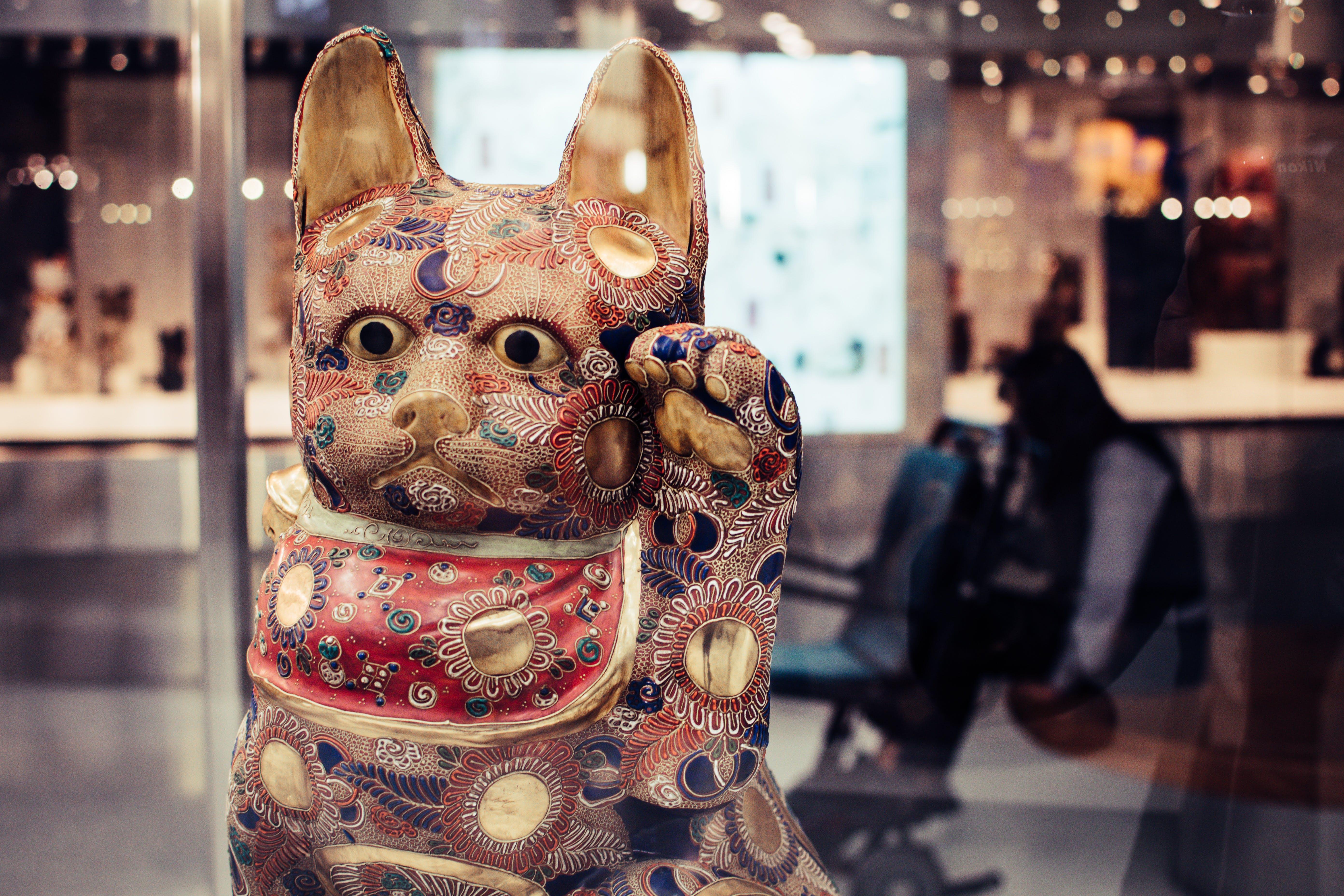 Shallow Focus Photography of Maneki-neko Figurine