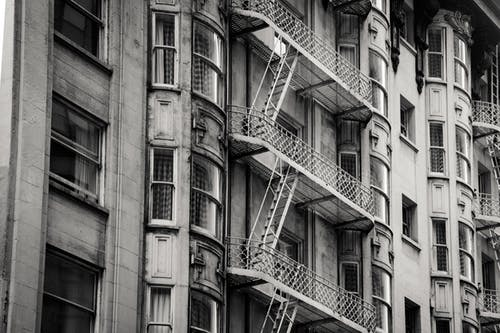 Ilmainen kuvapankkikuva tunnisteilla arkkitehtuuri, asunto, ikkunat, mustavalkoinen