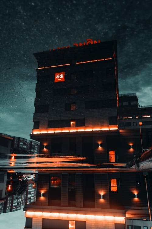 Foto profissional grátis de arquitetura, construção, iluminado, leve