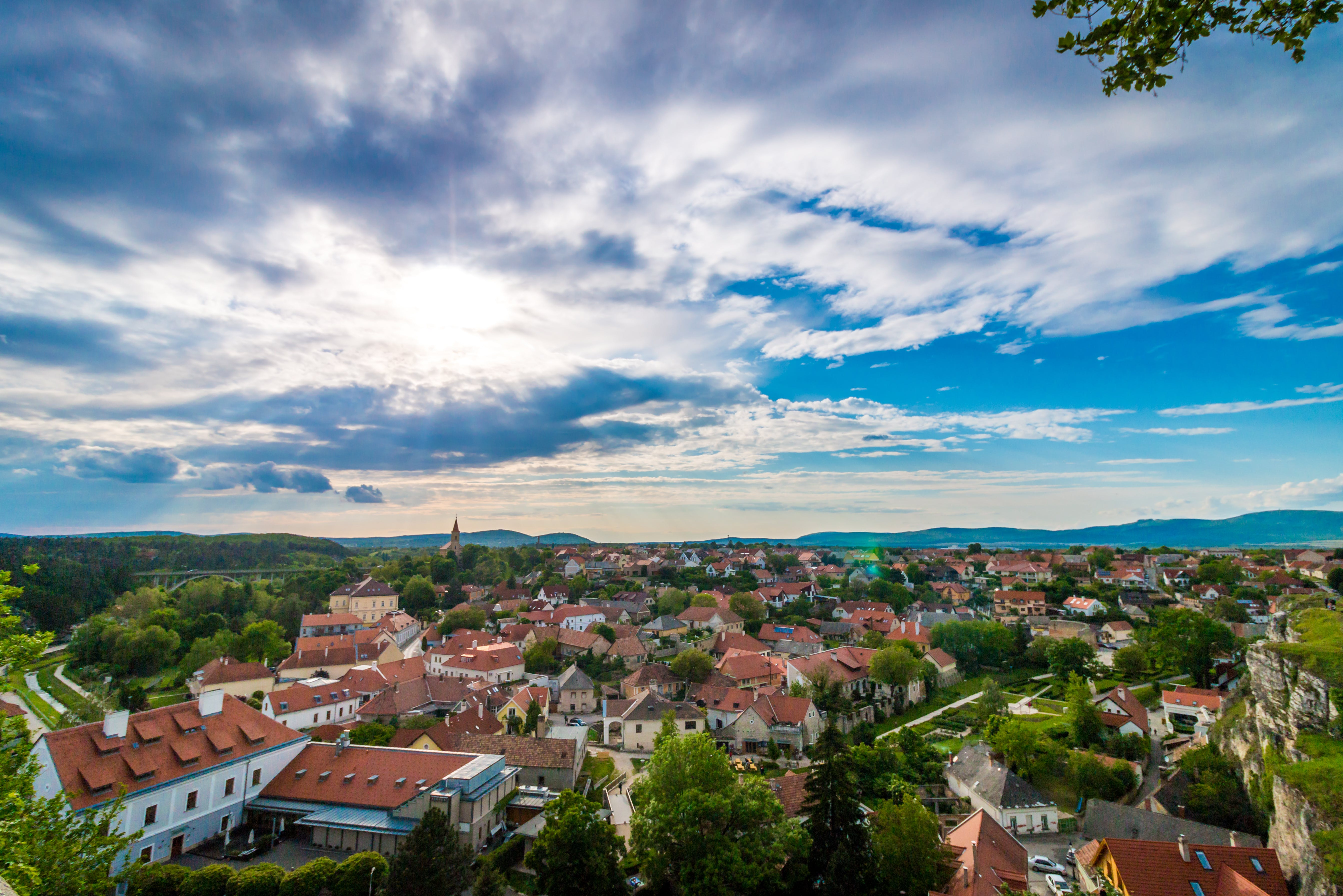 Foto profissional grátis de aldeia, árvores, casas, céu