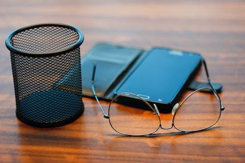 akıllı telefon, cep telefonu, gözlük içeren Ücretsiz stok fotoğraf