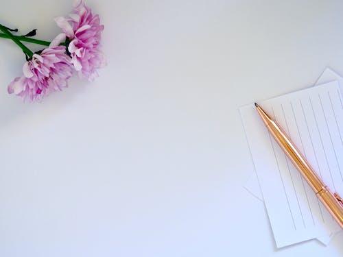 Photos gratuites de flatlay, fleurs, maquette, stylo