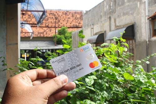 Foto stok gratis bank, Indonesia, kartu debit, memegang