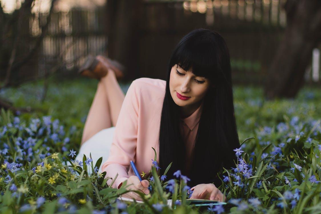 blomster, græs, kvinde