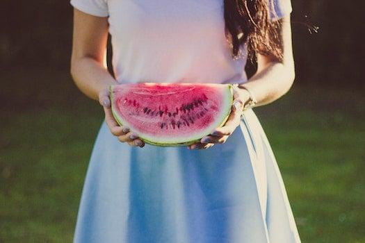Kostenloses Stock Foto zu person, hände, frucht, wassermelone