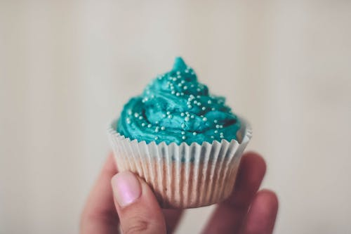 Foto d'estoc gratuïta de cupcake, fideus de colors, glaça, glacejat
