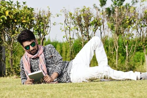 Mann In Weißen Hosen, Die Sonnenbrillen Lesen Buch