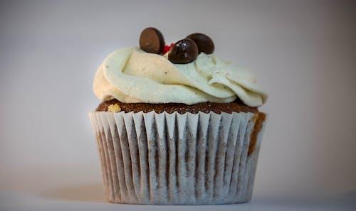 Ingyenes stockfotó csokoládé, csokoládés muffinok, muffin, tejszínhab témában