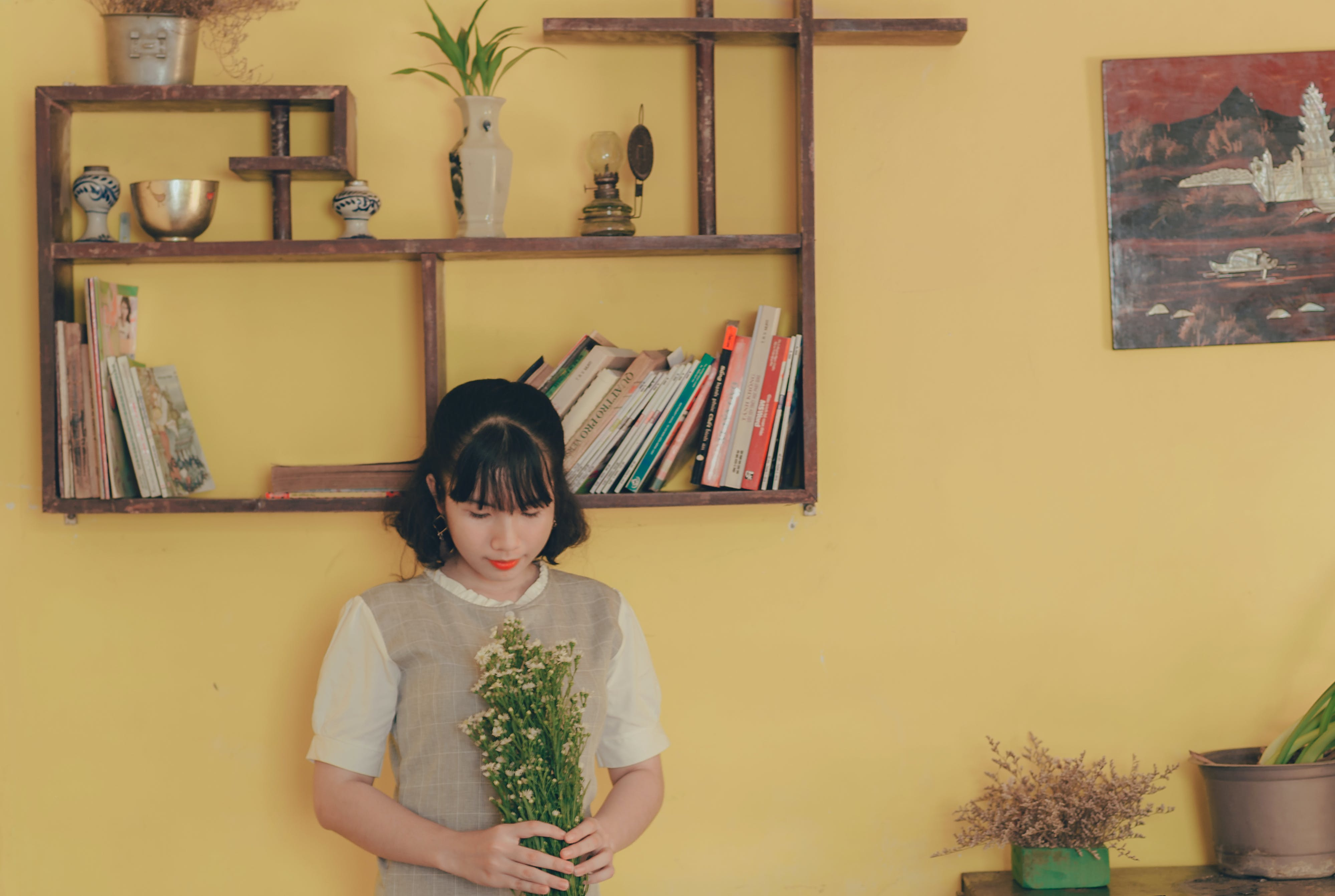 Gratis lagerfoto af ansigtsudtryk, asiatisk kvinde, blomster, blomsterbuket
