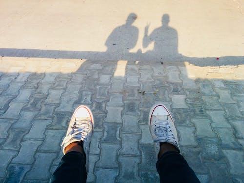 Gratis stockfoto met all star schoenen, schaduw