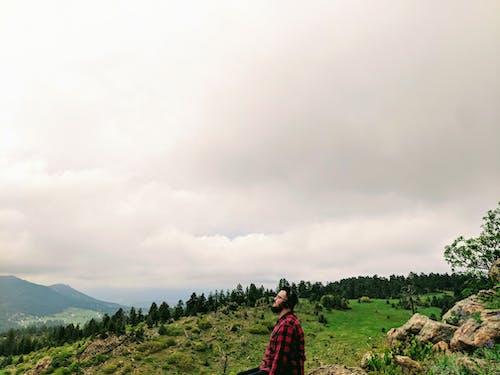 adam, ağaçlar, bulutlar, çevre içeren Ücretsiz stok fotoğraf