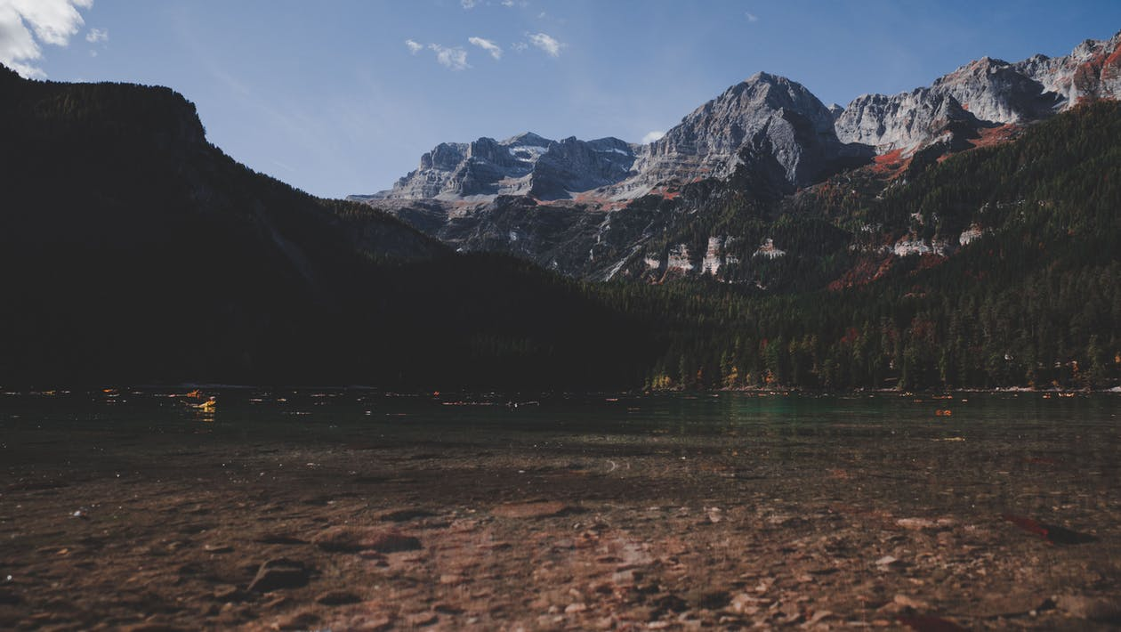 Waterlichaam Naast Berg