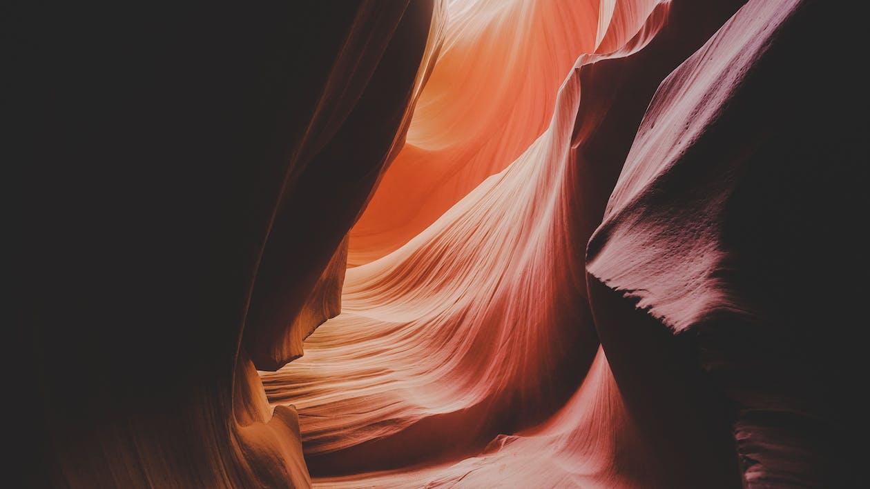 赤と黒の抽象絵画