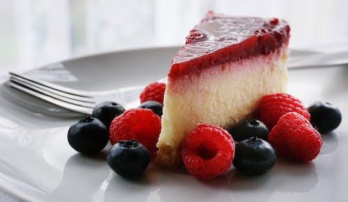 Ahududular, çalı meyveleri, cheesecake, Gıda içeren Ücretsiz stok fotoğraf