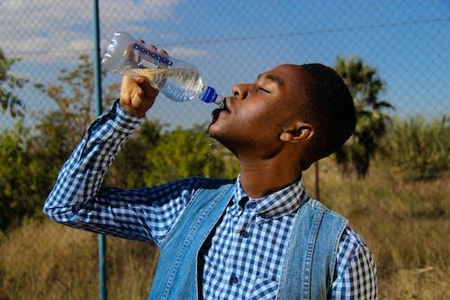 Darmowe zdjęcie z galerii z afroamerykanin, butelka, butelka wody, chłopak