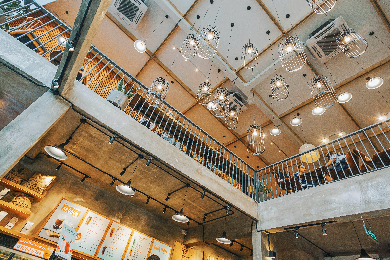 asılı, avizeler, bakış açısı, bina içeren Ücretsiz stok fotoğraf