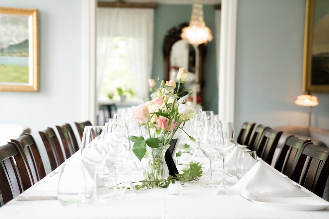 cadires, coberts, disposició de la taula