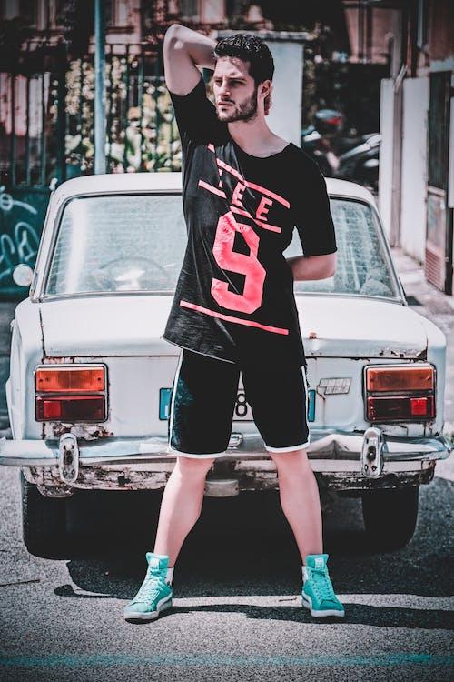 Безкоштовне стокове фото на тему «автомобіль, Вулиця, людина, носити»