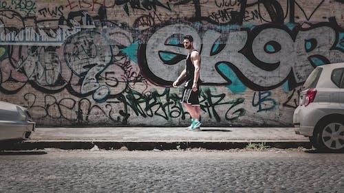 Kostenloses Stock Foto zu bürgersteig, gehweg, graffiti, kerl