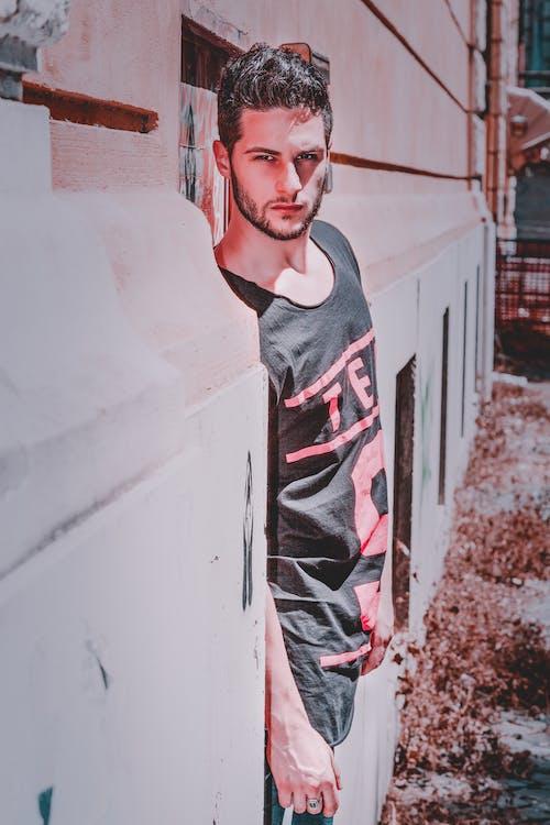 Бесплатное стоковое фото с мужчина, серьезный, стена, человек