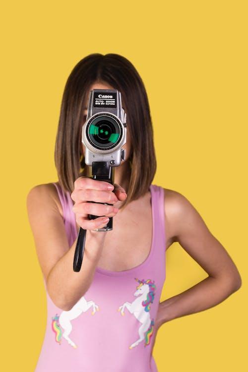 Základová fotografie zdarma na téma barvy, dívání, fotoaparát, holka