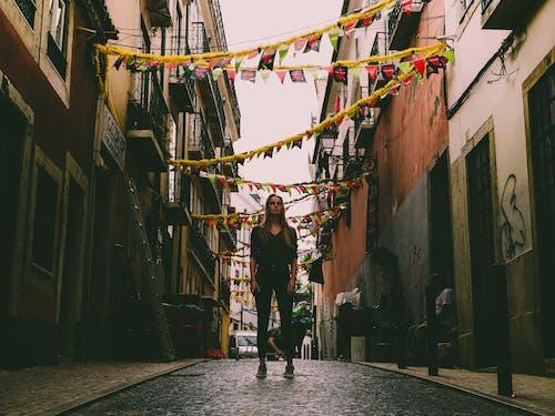 Fotos de stock gratuitas de arquitectura, artista callejeros, calle, carretera
