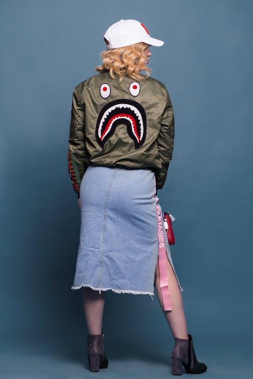 Безкоштовне стокове фото на тему «бавовна, блакитний фон, взуття, Дівчина»