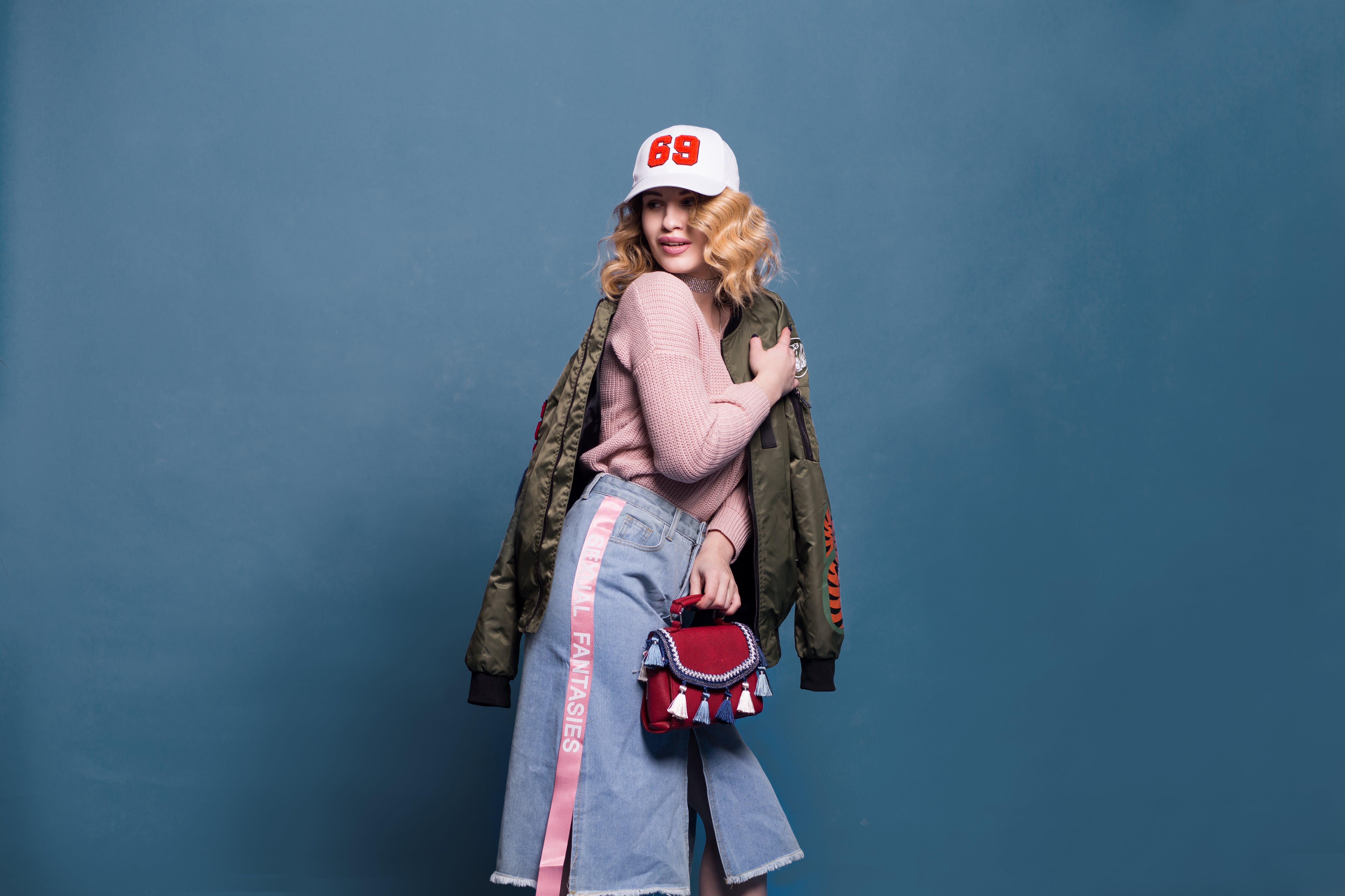 Kostenloses Stock Foto zu blauem hintergrund, denim, erholung, fashion