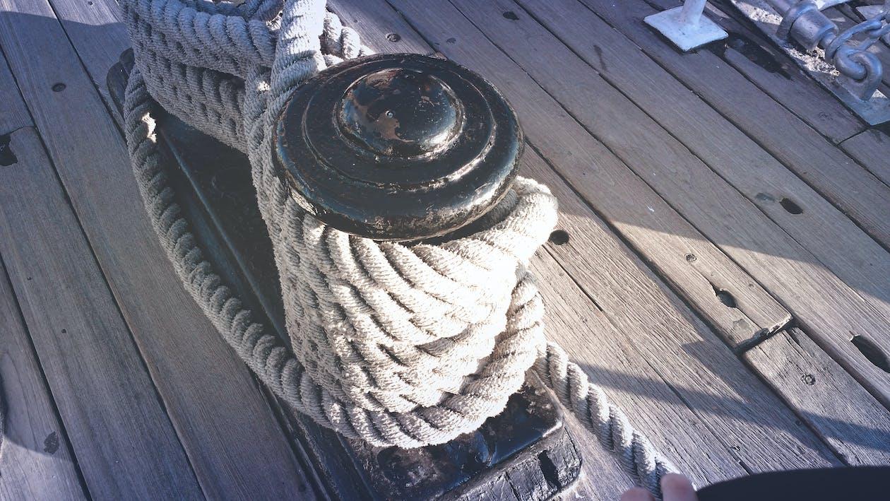 dek, tali, tonggak penambat kapal